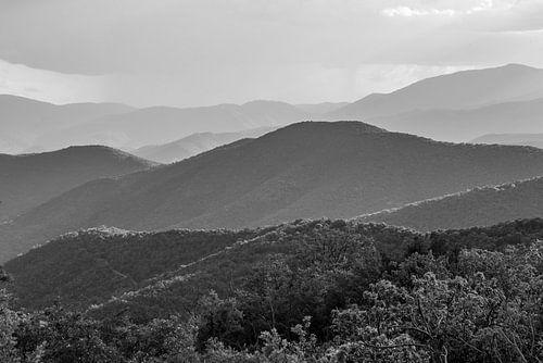 Blick in die südfranzösischen Cevennen-Landschaft in Schwarzweiß