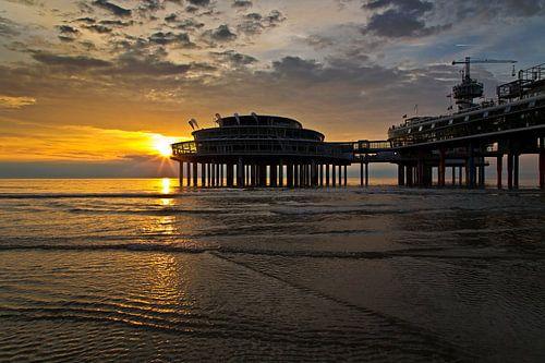 Zonsondergang bij de pier van Scheveningen van Anton de Zeeuw