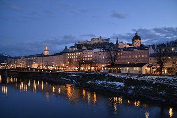Salzburg by night van af de brug over de Salzach rivier van