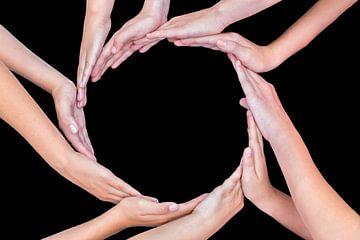 Veel armen van kinderen handen maken cirkel vrijstaand op zwarte van Ben Schonewille