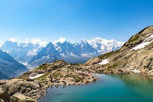 Uitzicht op blauw meer en de Mont Blanc in de achtergrond