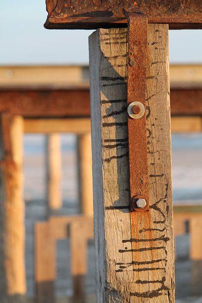 Roest en strandpalen verticaal van Marit Visser