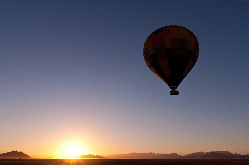 Hot air balloon over Sossusvlei van Damien Franscoise