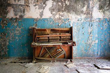 Verlassenes und gebrochenes Klavier. von Roman Robroek