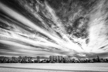 Paysage d'hiver avec arbres et neige et formation de nuages en noir et blanc sur Dieter Walther