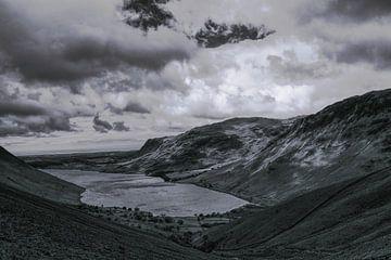 Uitzicht vanaf Scafell Pike op Wast Water in zwart wit van Tom Goldschmeding