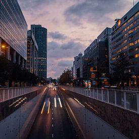 Autoverkeer bij zonsopkomst Weena Rotterdam van Paul Poot