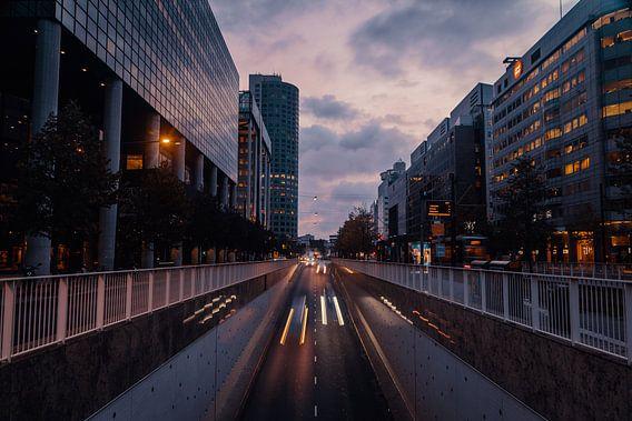 Autoverkeer bij zonsopkomst Weena Rotterdam