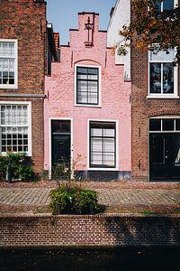 Pastellrosa Grachtenhaus an den Grachten von Leiden | Fine Art Photography in den Niederlanden von Evelien Lodewijks