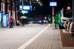 Druk treinstation in de avond van Fotografiecor .nl