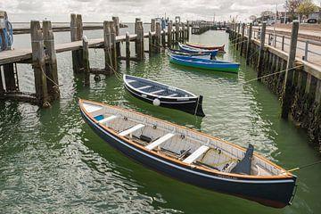 Roeiboten in de haven West Terschelling van Tonko Oosterink