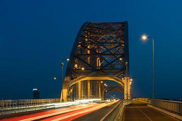 Waalbrug Nijmegen met lichtsporen