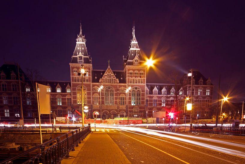 Rijksmuseum bij nacht in Amsterdam Nederland van Nisangha Masselink