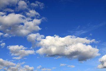Weiße Wolken am blauen Himmel von Karina Baumgart