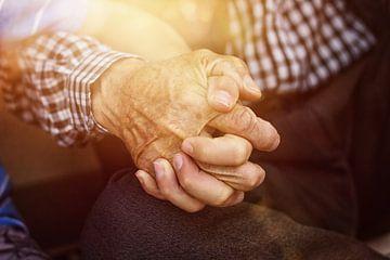 Jeunes et vieux, main dans la main sur Besa Art