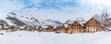 Besneeuwd skidorp in Les Sybelles, Frankrijk van Easycopters