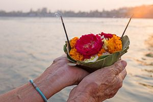 Viering aan de rivier de Ganges met zonsondergang