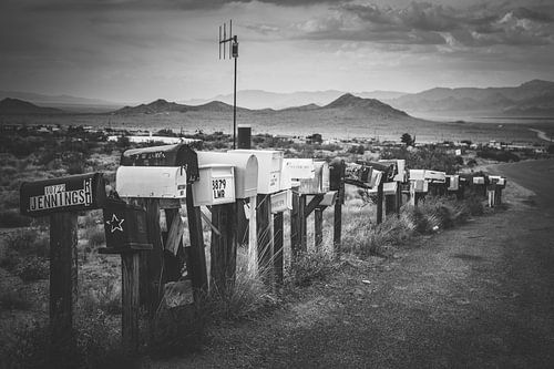 Amerikaanse brievenbussen op een rij in een berglandschap langs route 66