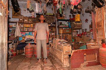 India: Eigenaar supermarkt (Jorawarpur) van Maarten Verhees