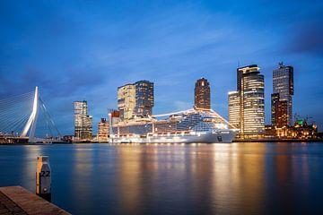 Le terminal de croisières de Rotterdam au coucher du soleil sur Pieter van Dieren (pidi.photo)