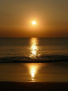 Prachtige zonsondergang op bali van Petra Brouwer