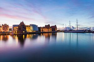 Ozeaneum und Gorch Fock I in Stralsund am Abend
