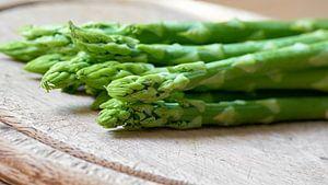 Asperges vertes fraîches dans la cuisine sur Heiko Kueverling