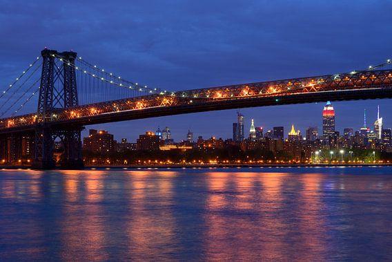 Williamsburg Bridge in New York over East River in de avond