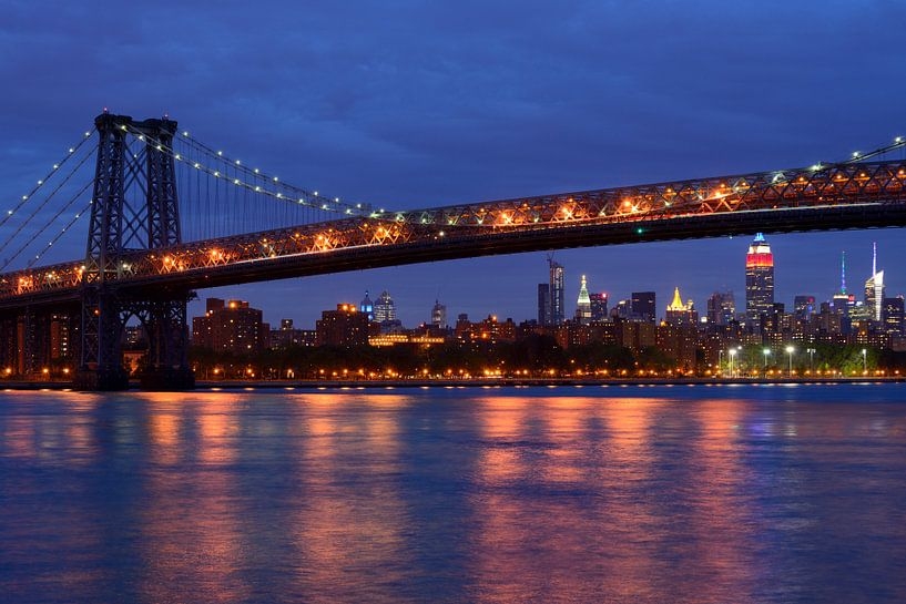 Williamsburg Bridge in New York over East River in de avond  van Merijn van der Vliet