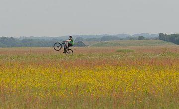 fietser op vliegveld van