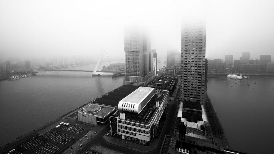 Kop van Zuid vanuit Montevideo met mist (zwart-wit) van Prachtig Rotterdam