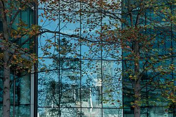 Reflecties in een gebouw.  van martin von rotz