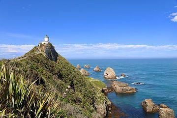 De blauwe lucht en zee bij de vuurtoren Nugget Point, Otago - Nieuw Zeeland van Be More Outdoor