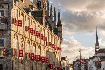 Rote und weiße Fensterläden des Rathauses Gouda von Gouda op zijn mooist
