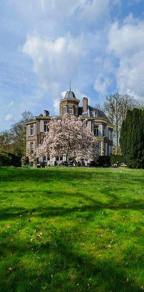 Staand panorama van het huis Jagtlust in 's-Graveland met bloeiende Magnolia