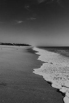 Vagues sur la plage à Faro, Portugal sur Manon Visser