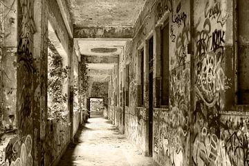 Urban - Urbex  Gang vervallen militaire kazerne ooit een klooster van Marianne van der Zee