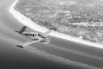 Vieux avion au-dessus de la plage de Schouwen-Duiveland sur Planeblogger