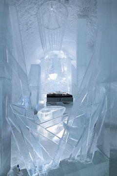 Slaapkamer met de hand uit ijs uitgesneden in het IceHotel in Jukkasjärvi in Zweden van Henk Vrieselaar