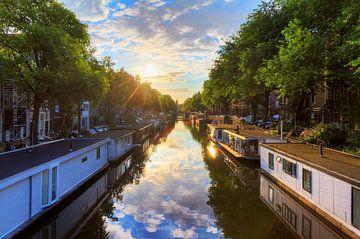 Woonboten in de grachten van Amsterdam sur Dennis van de Water