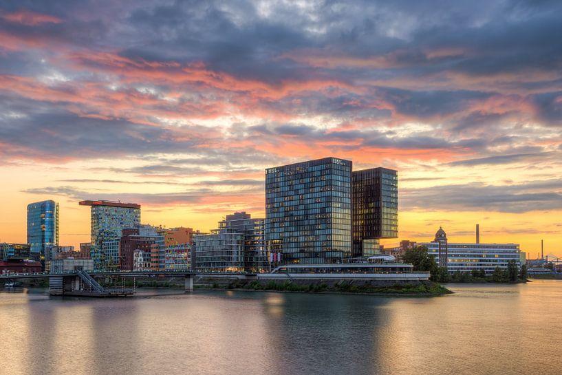 In the media harbor of Dusseldorf during sunset sur Michael Valjak