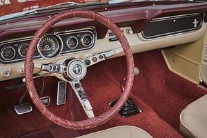Vintage rood en beige interieur van een Amerikaanse Ford Mustang. van Xander Verweij