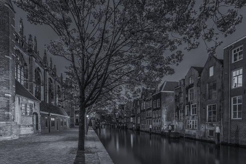 Grote Kerk en Pottenkade in Dordrecht in de avond - zwart-wit van Tux Photography