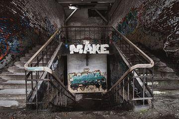 Trappen in een verlaten gebouw von Steven Dijkshoorn