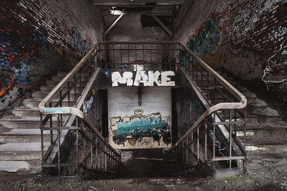 Trappen in een verlaten gebouw van Steven Dijkshoorn