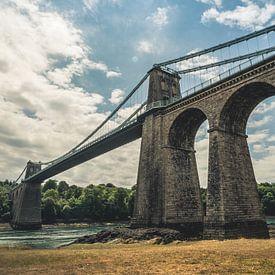 Menai Suspension Bridge, Verenigd Koninkrijk - Brug / Hangbrug / HDR / Wolken / Pilaar / water / riv van Art By Dominic