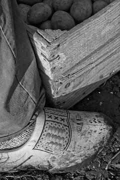 Aardappel-oogst op klompen in ouderwetse kist van Sjaak van Etten