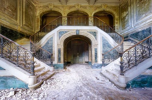 Grünes Treppenhaus mit Marmor. von Roman Robroek