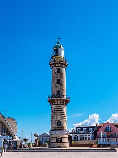 Blick auf den Leuchtturm in Warnemünde von Rico Ködder