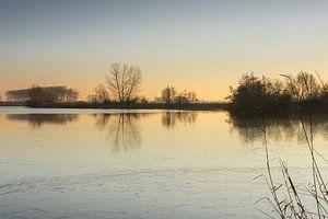 Zonsopgang aan de gedeeltelijk bevroren Boerekreek, Sint-Jan-in-Eremo, België van